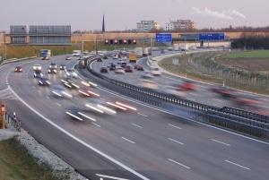 Zur Ausbildung in der Fahrschule gehört auch das Fahren auf der Autobahn.