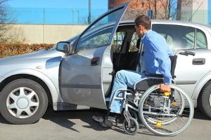 Eine Fahrschule für Rollstuhlfahrer verfügt über spezielle Fahrschulautos.