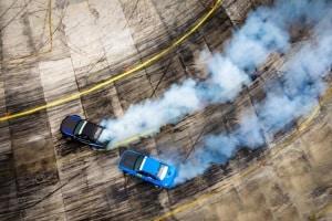 In einem Fahrsicherheitstraining kann das Driften erlernt werden – in einem kontrollierten Rahmen und unter Anleitung von Experten.