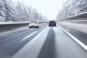 Das Fahrsicherheitstraining mit eigenem Auto bereitet Sie auf das Fahren bei Glatteis vor.