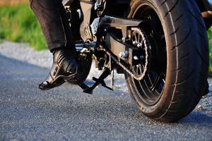 Beim Fahrsicherheitstraining fürs Motorrad wird auch ein Schräglagentraining durchgeführt.