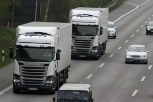 Beim gewerblichen Gütertransport mit dem Lkw ist ein Fahrtenschreiber vorgeschrieben.