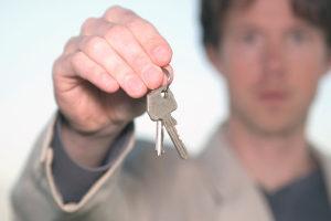Fahrverbot und Führerscheinentzug unterscheiden sich darin, wie schnell der Betroffene danach wieder fahren kann.