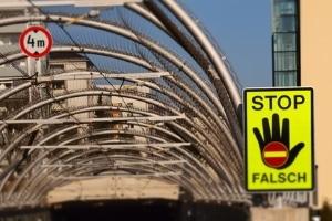 Die Polizei hofft, dass Warnschilder einen Falschfahrer-Unfall verhindern können.