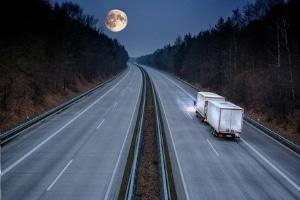 Fernlicht auf der Autobahn ist erlaubt, solange niemand geblendet wird.