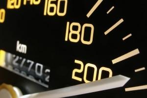 Fernlicht macht es möglich, nachts mit höherer Geschwindigkeit zu fahren.