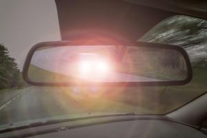 Lichthupe: Mit dem Fernlicht können Sie Zeichen an andere Verkehrsteilnehmer geben.