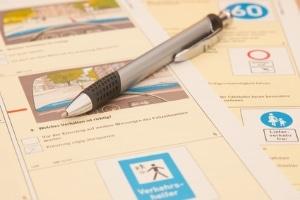 Bei der Theorieprüfung müssen die Führerscheinanwärter einen Fragebogen beantworten. Die Fahrschule bereitet Sie darauf vor.