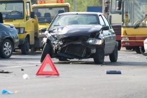 Sichern Sie nach einem Frontalunfall die Unfallstelle.