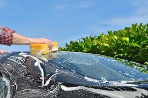 Zuletzt kommt der Frühjahrsputz: Auto saugen, putzen und auf Hochglanz polieren.