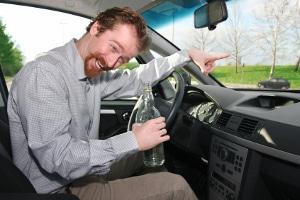 Führerscheinentzug wegen Alkohol nach einem Unfall: Auch eine Geld- oder Freiheitsstrafe kann drohen.