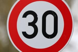 Während der Führerscheinprüfung müssen Sie genau auf Verkehrsschilder achten, die beispielsweise ein Tempolimit vorgeben.