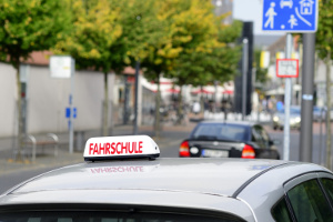 Das Üben für die praktische Führerscheinprüfung erfolgt durch Fahrstunden.