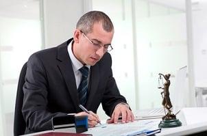 Geblitzt? Wer einen Anwalt einschalten will, sollte sich der möglichen Kosten bewusst sein.