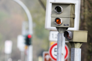Jemand anderer wurde mit Ihrem Fahrzeug geblitzt: Ist den Zeugenfragebogen zu ignorieren eine gute Idee?