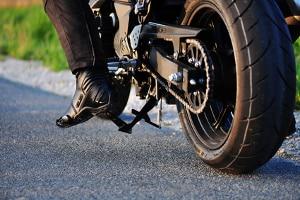 Die Gefahrenbremsung mit dem Motorrad erfordert eine hohe Konzentration.