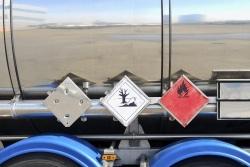 Gefahrgutaufkleber kennzeichnen die Ladung.