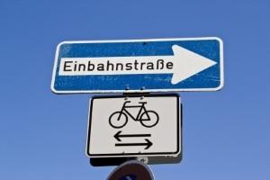 Wenn Radfahrer bei diesem Zusatzschild gegen die Einbahnstraße fahren, fällt kein Bußgeld an.