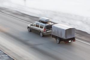 Bei der Geschwindigkeit eines Pkw mit Anhänger gelten andere Regelungen.