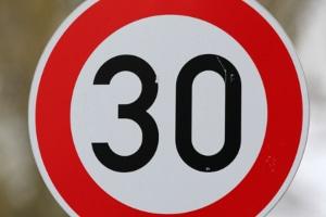 Eine Geschwindigkeitsbegrenzung auf Tempo 30 ist innerorts häufig zu finden.