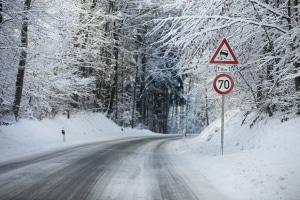 Eine Geschwindigkeitsbegrenzung außerorts kann witterungsbedingt greifen.