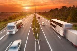 Eine Geschwindigkeitsbegrenzung außerorts dient der Verkehrssicherheit.