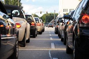 Wird die Geschwindigkeitsbegrenzung innerorts missachtet, folgen Sanktionen gemäß Bußgeldkatalog.