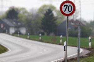 Verkehrszeichen für Geschwindigkeitsbegrenzung: Ein Schild zeigt Fahrzeugführern an, wie schnell sie fahren dürfen.
