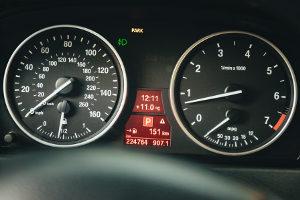 Eine Geschwindigkeitsüberschreitung mit Anhänger führt schnell zum Fahrverbot.