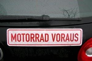 Beim Grundkurs fürs Motorrad fährt der Fahrlehrer häufig in einem Auto hinterher.