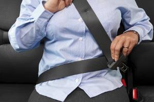 Gurtpflicht: Sich anzuschnallen, erhöht die Sicherheit im Straßenverkehr.