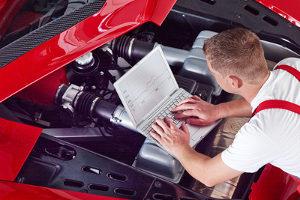 Gutachter, die für Versicherungen arbeiten, beurteilen unter anderem Fahrzeugschäden.