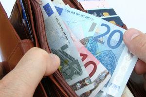 Das Handy am Steuer in der Probezeit hat nicht nur ein Bußgeld und einen Punkt zur Folge.