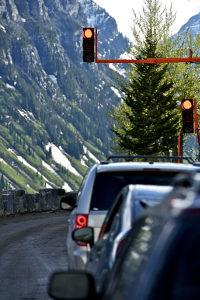 Unter bestimmten Voraussetzungen darf der Fahrer das Handy an einer Ampel benutzen.