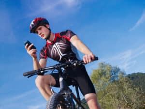 Handy auf dem Fahrrad? Stehenbleiben ist sicherer!