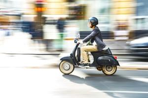 Helmpflicht auf dem Mofa: Ab wann gilt sie? Ein Helm ist bei allen Fahrten von Fahre rund Mitfahrer zu tragen.
