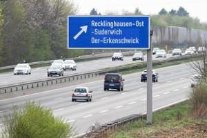 Die Höchstgeschwindigkeit auf Autobahnen gilt für Lkw und Pkw mit Anhänger.