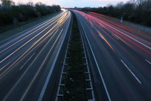 Höchstgeschwindigkeit außerorts: Für Pkw gilt auf der Autobahn oft eine Richtgeschwindigkeit von 130 km/h.