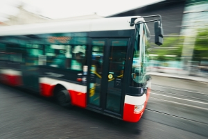 An welche Höchstgeschwindigkeit muss ein Bus sich halten?