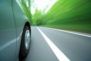 Müssen Pkw mit und ohne Anhänger eine Höchstgeschwindigkeit auf der Landstraße einhalten?