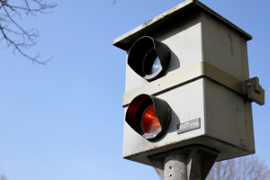 Werden Sie beim Übertreten der Höchstgeschwindigkeit auf der Landstraße in der Probezeit erwischt, kann dies schwerwiegende Konsequenzen haben.