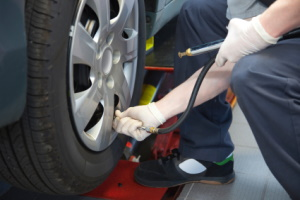 Ein hoher Reifendruck senkt den Kraftstoffverbrauch.