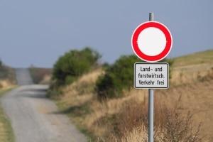 Keine Durchfahrt? Das Schild 250 kommt oft mit Zusatzzeichen daher, die Ausnahmen kennzeichnen.