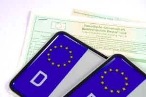Die Zulassungsstelle prüft, ob beim Kfz die Kennzeichen-Maße der DIN-Norm entsprechen.