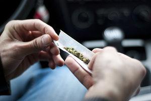 THC im Blut: Kiffen beim Autofahren kann den Führerschein kosten.