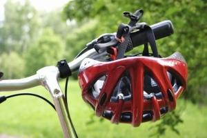 Auch ein Helm kann dazu beitragen, dass Touren mit dem Kinderfahrrad verkehrssicher sind.