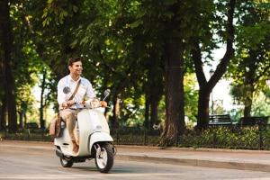 Der Roller ist ein Kleinkraftrad, welches 45 km/h fahren kann.