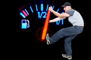 Was bedeuten die Kontrollleuchten im Pkw? Sie zeigen zum Beispiel einen niedrigen Kraftstoffvorrat an.