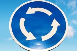 Auf einen Kreisverkehr weist dieses Schild hin.