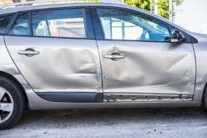 Ein zu schnelles Tempo oder die Missachtung der Vorfahrt kann im Kreisverkehr zum Unfall führen.